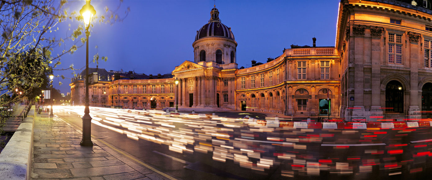 L'Institut de France, quai Conti, Paris. Photo panoramique de l'Institut de France au crépusculaire