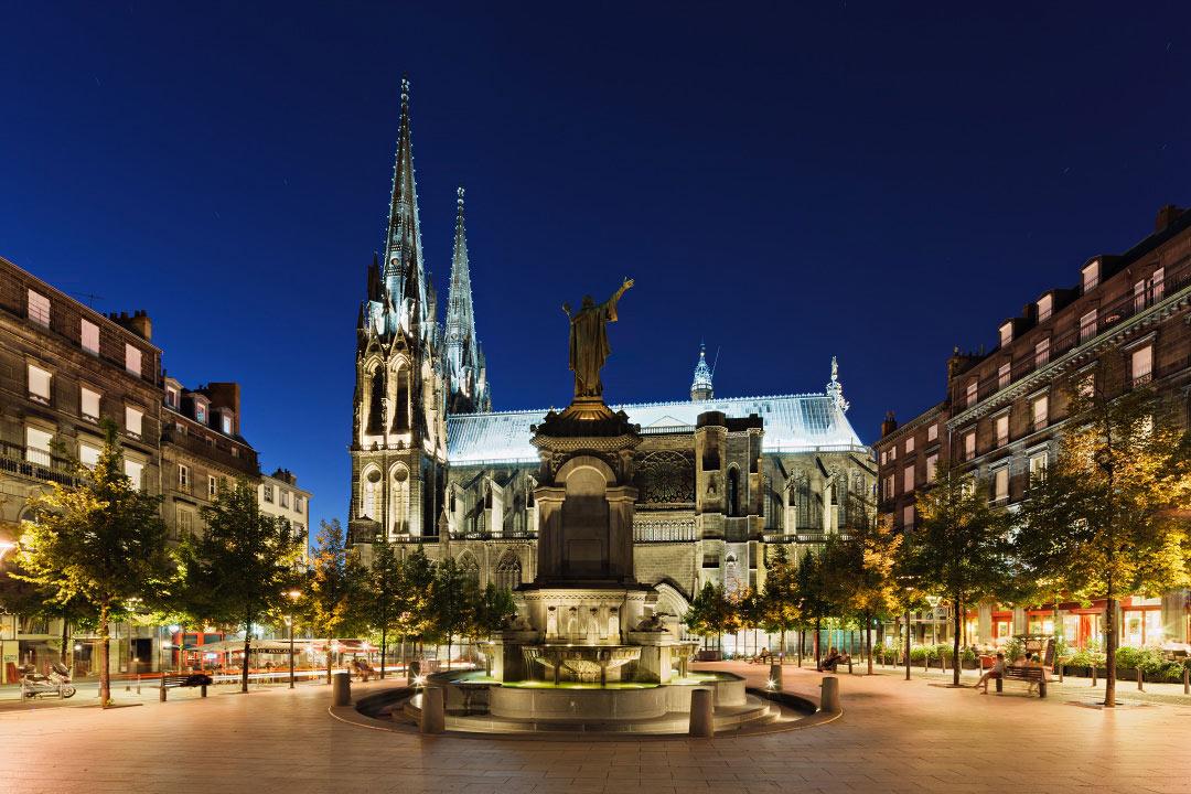Place de la victoire sa cath drale et sa statue d 39 urbain - Chambre chez l habitant clermont ferrand ...