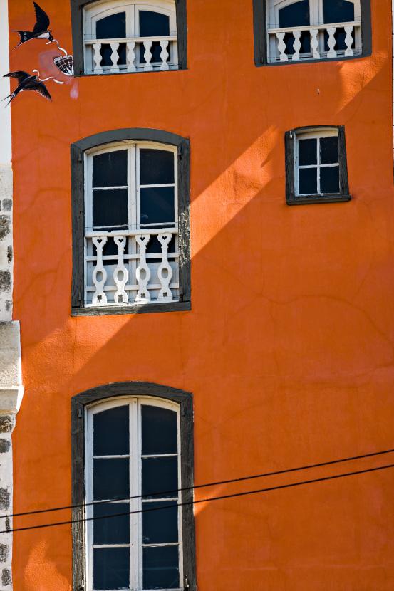 le mur orange aux hirondelles au puy en velay. Black Bedroom Furniture Sets. Home Design Ideas